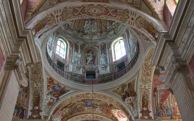 الإعجاب ليس فقط بفن العمارة الفريد الذي تتميز به الكنائس البيلاروسية القديمة بل وبالإيقونات العجيبة المحفوظة