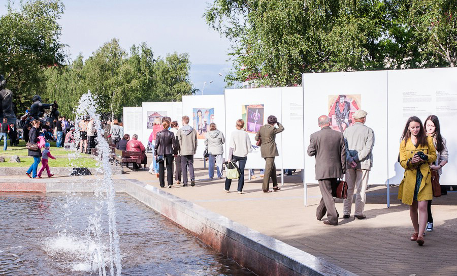 Paintings of Chagall at an outdoor exhibition. Photo: Evgeny Khatskevich